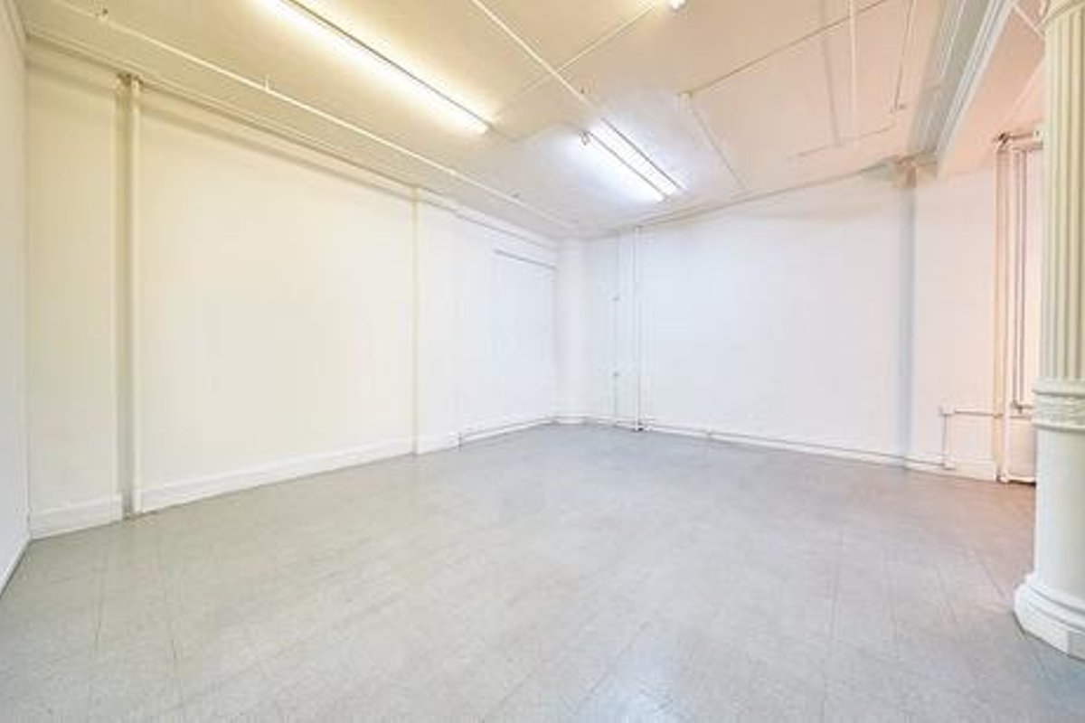 Storefront listing Spacious Midtown Manhattan Studio in Midtown, New York, United States.