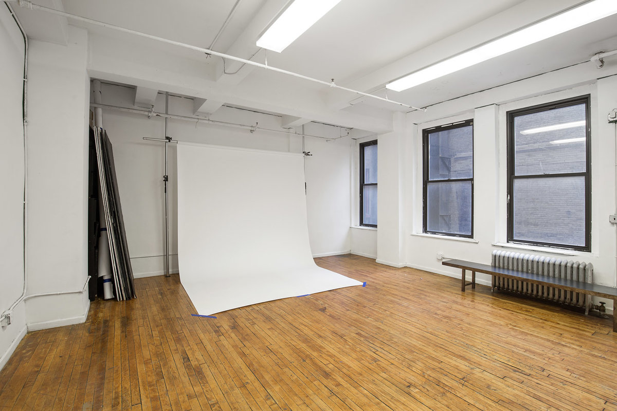 Storefront listing Minimal Photo Studio in Midtown in Midtown, New York, United States.
