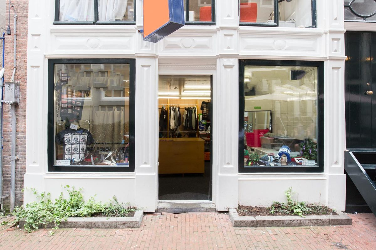 Espace Storefront Pop-Up Store Near Grachtengordel dans Historic City Center, Amsterdam, Netherlands.