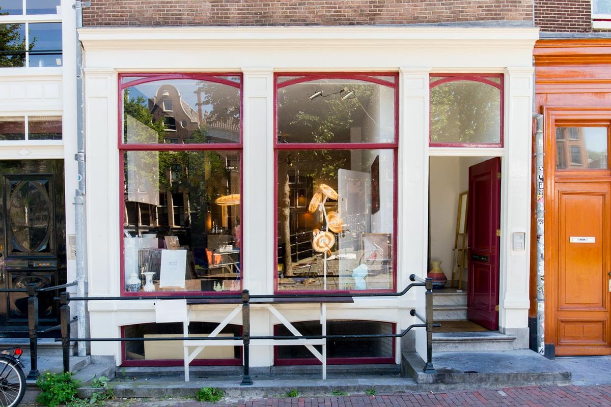 Espace Storefront Trendy Pop-Up on Amsterdam Canals dans Historic City Center, Amsterdam, Netherlands.