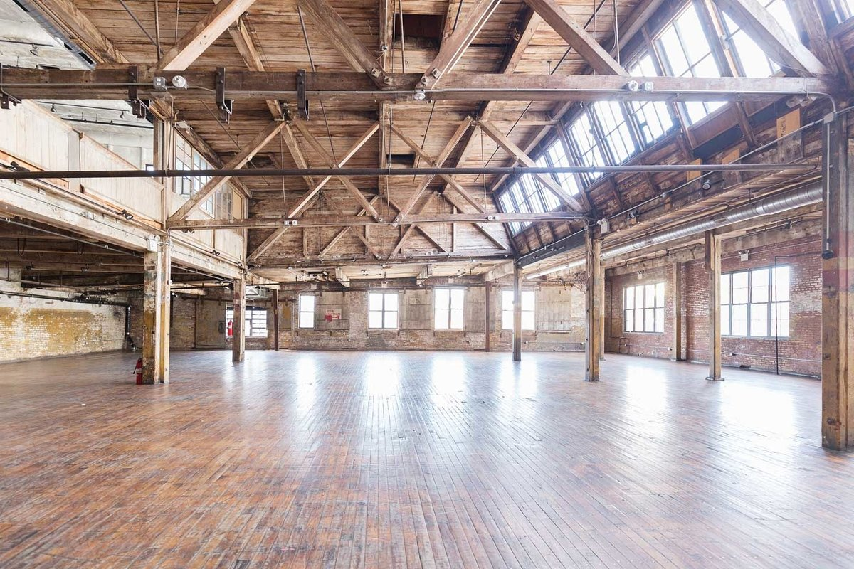 Storefront listing Amazing Greenpoint Loft in Greenpoint, New York, United States.